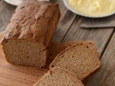 Evde ekşi mayalı ekmek /20 dakika 230 derecede, 20 dakika 200 derecede, 20 dakika 180 derecede pişirin. 1 saat sonunda ekmeği fırından çıkarın, tel ızgara üzerinde 5-10 dakika ılınmaya bırakın.