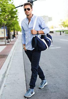 ライトブルーのボタンダウンシャツにジョガーパンツを合わせたメンズファッションコーデ