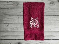 Bath Hand Towel, Wolf Design – Borgmanns Creations Red Towels, Rustic Home Interiors, Wolf Design, Farmhouse Decor, Kids Room, Embroidery, Kitchen Towels, Decor Ideas, Bathroom
