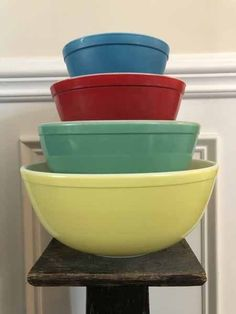 How Much are Vintage Pyrex Mixing Bowls Worth? - The Family Pickers How Much are Vintage Pyrex Mixing Bowls Worth? - The Family Pickers Antique Dishes, Vintage Dishes, Vintage Kitchen, Vintage Pyrex, Vintage Antiques, Retro Vintage, Vintage Items, Vintage Pottery, Pyrex Mixing Bowls