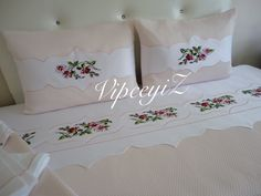 White Sheets, Doilies, Decoration, Embroidery Designs, Bed Pillows, Diy And Crafts, Pillow Cases, Cross Stitch, Quilts