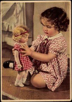 Ansichtskarte / Postkarte Kleines Mädchen spielt mit ihrer Puppe, Kariertes Kleid