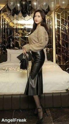 Woman too sexy Long Leather Skirt, Black Leather Skirts, Leather Dresses, Mode Latex, Denim Mini, Leder Outfits, Fashion Corner, Hot High Heels, Latex Dress