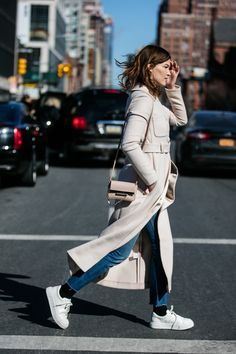 Hanneli Mustaparta en manteau long beige et baskets blanches à la Fashion Week de New York