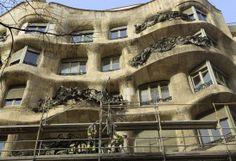 Fachada Las obras de la tercera limpieza y restauración de la fachada de la Pedrera han comenzado este mes para arreglar las fisuras provocadas por el paso del tiempo y de los forjados del balcón de este singular edificio.