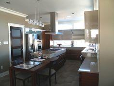 MAISON SERINITY - La sérénité reigne dans cette cuisine contemporaine avec ses fenêtres qui l'illuminent. Construction, Table, Furniture, Collection, Home Decor, Contemporary, House, Kitchens, Building