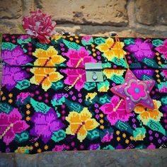 Portafolio, bordado Tzeltal elaborado en Yajalon, Chiapas. #DhanaedePinto