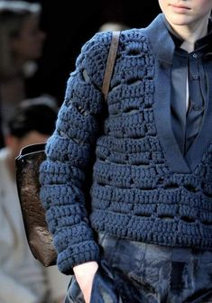Stitch Detail: Simple dc st with very thick yarn, attached to knitted front tab and collar Tutorial for Crochet, Knitting, Crafts. Cardigans Crochet, Crochet Cardigan, Crochet Clothes, Col Crochet, Gilet Crochet, Chunky Crochet, Chunky Wool, Knitwear Fashion, Crochet Fashion