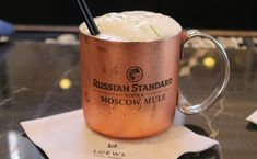 10 Moscow Mule recipes for you to prepare over the weekend Wine Drinks, Cocktail Drinks, Cocktails, Beverage, Moscow Mule Receita, Moscow Mule Drink, Mule Recipe, Frappuccino, Cocktail Recipes