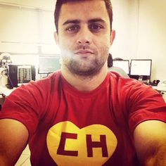 Assim que recebeu a sua camiseta Chapolin Colorado, Jusiel Tunu vestiu e mandou essa foto pra gente. Será que ele gostou pouco? Eheheh. Valeu, Jusiel!