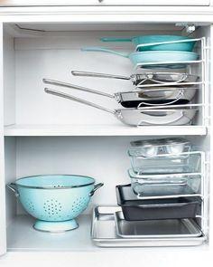 Encuentra con más facilidad la sartén que necesitas usando separadores. | 31 Maneras increíblemente ingeniosas de organizar una cocina pequeña