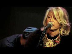 Watine en concert, au cou une création originale de  Anne Vaugier aka Alicante Chassagne