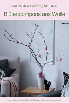 Schnell und einfach basteln: zarte Blüten aus Wollpompons. Sehen sie nicht wie zauberhafte Zierkirschen aus? Ein DIY im Spätwinter oder Frühling, das auch Kindern leicht gelingt.