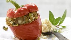 Sonnengemüse mit Mittelmeer-Flair: Gefüllte Paprikaschoten – smarter mit Kapern | http://eatsmarter.de/rezepte/gefuellte-paprikaschoten-smarter