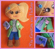 NUEVAS MONIGOTAS PROFESORA 30, 31, 32 Y 33 (BROCHES DE FIELTRO) Felt Crafts, Diy And Crafts, Felt Dolls, Dinosaur Stuffed Animal, Creations, Toys, Projects, Gifts, Handmade