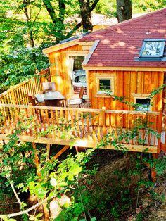 Im Baumhaushotel Wipfelglück schlaft ihr stilecht in einem Baumhaus und könnt so den tollen Waldblick über den Spessart genießen.