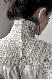 Blusa de encaje de cuello alto