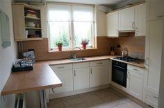De keuken met vaatwasser, gasfornuis, oven en combi koelkast.