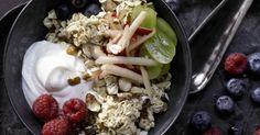 Birchermüsli mit Äpfeln, Weintrauben, Beeren und Haselnüssen: Der Klassiker nach Bircherart bringt Kinder und Erwachsene gut über den Vormittag.