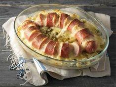 Suomalaisten rakastama uunilenkki täytetään juustolla ja paistetaan hunajaperunapedin päällä.