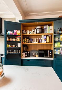 Doppeltür Speisekammer Oh do we love a pantry larder! This one in London is painted in a blue similar to 'Hague Blue' and the clients even matched the inside & drawers! - Own Kitchen Pantry Modern Farmhouse Kitchens, Farmhouse Kitchen Decor, Home Decor Kitchen, New Kitchen, Home Kitchens, Kitchen Dining, Kitchen Cupboards, Kitchen Items, Kitchen Pantry