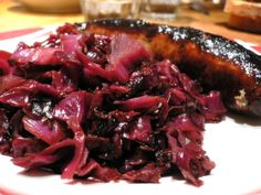 Octoberfeast: Spiced Cider Braised Cabbage and Bratwurst Great Recipes, Dinner Recipes, Favorite Recipes, Vegetable Side Dishes, Vegetable Recipes, Braised Red Cabbage, Austrian Recipes, Spiced Cider, Pork Chop Recipes