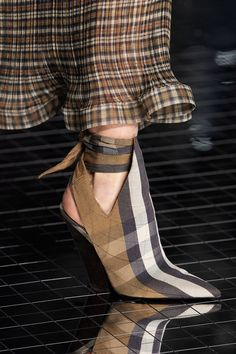 May 2020 - The complete Burberry Fall 2020 Ready-to-Wear fashion show now on Vogue Runway. Ugly Shoes, Hot Shoes, Burberry, Fashion 2020, Fashion Trends, Pretty Shoes, Sexy Boots, Classic Outfits, Vogue Paris