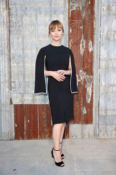 A atriz Christina Ricci com um lindo vestido preto estruturado, que de básico não tem nada.