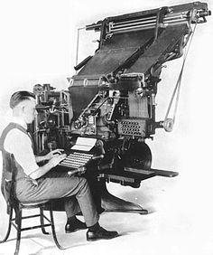 En 1822, después de que el francés Simon Ballanche concibiera la idea de construir una máquina automática para componer textos, el estadounidense William Church logra construir la primera máquina componedora. La idea era mecanizar y facilitar al máximo la complicada tarea de componer manualmente los tipos de plomo de la tipografía.  El hecho de que la máquina cometiera ciertos errores hizo que no se impusiera de modo universal. Habría que esperar la invención de la linotipia en 1884.