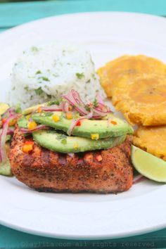 Grilled salmon with avocado salsa {Salmon a la parrilla con salsa de aguacate} | Laylita's Recipes