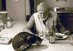 1957年に、ヘミングウェイは43匹の成猫、そして14匹の子猫と、実に57匹もの猫と妻、子供たちとともに生活しました。  彼の写真の多くには、六本指を持つ猫ちゃんたちの姿が収められています。