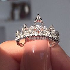 Many people all over the world buy jewelry each day. Jewelry makes an interesting fashion statement for all those who wear it Cute Rings, Pretty Rings, Beautiful Rings, 15 Rings, Cute Jewelry, Jewelry Rings, Jewelry Accessories, Jewellery, Tiara Ring