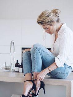 Chemise blanche et jean https://one-mum-show.fr/basiques-la-chemise-blanche/