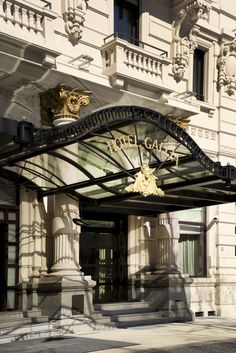 The Excelsior Hotel Gallia building, spread over an entire lot, is once again the protagonist and an integral part of the magnificent Piazza Duca D'Aosta, dominated by the Central Station, one of the world's most imposing and spectacular railway stations.