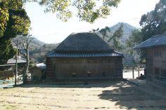 小豆島町中山の春日神社の境内にある中山の舞台は、天保年間以前に琴平の旧金丸座を参考に建築されたと伝えられています。建築様式は茅葺き寄棟造り。昔は石臼を利用し、牛に引かせて舞台を回していました。衣装倉には衣装やかつら、大道具、小道具のほか、歌舞伎台本類も保存されています。中山農村歌舞伎は江戸時代後期から今日にいたるまで毎年、春日神社の奉納芝居として上演が続けられています。歌舞伎は昭和50年県の無形民俗文化財に、舞台は昭和62年に国の重要有形民俗文化財に指定されています。 http://www.town.shodoshima.lg.jp/kurashi/kyoiku_bunka/geijyutsu_bunka.html #Kagawa_Japan #Setouchi