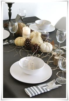 Don't stress about the looks of your table for Thanksgiving dinner this year. Check out these easy Thanksgiving tablescapes and design yours in minutes! Thanksgiving Table Centerpieces, Thanksgiving Tablescapes, Holiday Tablescape, Halloween Table Settings, Halloween Displays, Beautiful Table Settings, Decoration Table, Centerpiece Ideas, Simple Centerpieces