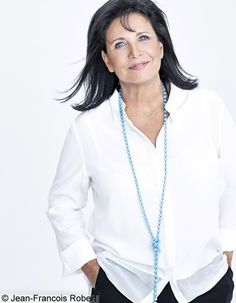 Pristine, Polished Perfection -the White Blouse {also love that necklace -esp. how it picks up the colour of her eyes} Star Francaise, Mature Women Fashion, Diane Keaton, The Great White, Fall Capsule Wardrobe, Sartorialist, Fashion Now, White Shirts, Silver Hair