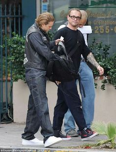Sons of anarchy, on the set. Kurt Sutter & Charlie hunnam