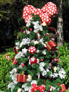 Minnie Mouse's Christmas Tree - a photo on Flickriver Mickey Mouse Christmas Tree, Peanuts Christmas, Christmas Decorations For The Home, Xmas Tree, Christmas Holidays, Christmas Stuff, Minnie Mouse Theme, Mickey Y Minnie, Different Christmas Trees