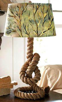 Настольная лампа на опоре из каната