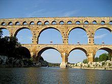 Ein Meisterwerk der römischen Architektur ist der Rundbogen. Hier zu sehen an der Pont du Gard, Nîmes, Frankreich