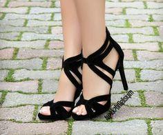 Los zapatos negros de tacón alto son muy elegantes con un diseño sin plataforma. - Los zapatos negros de tacón alto son muy elegantes con un diseño sin plataforma. Buy Shoes, Me Too Shoes, Shoes Heels, Shoes Stand, Cute Heels, Black High Heels, Beautiful Shoes, Shoe Collection, Black Suede