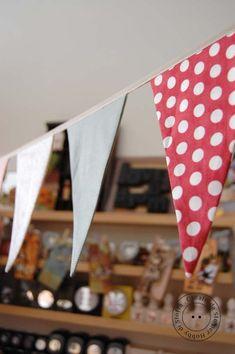... sono tanto di moda, allora perchè non preparare un bel festone di bandierine di stoffa per decorare la nostra casa!         Il progetto...