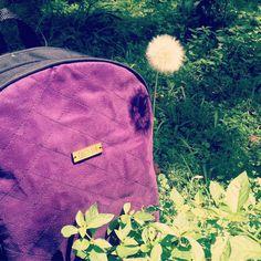 Hoy nos fuimos de paseo y miren qué nos encontramos  Nuestro backpack morado fabricado en lona y terciopelo está disponible en la web http://ift.tt/2fj6g3k (link en la bio)  Puedes ingresar y encontrarás todos nuestros modelos disponibles Puedes hacer tu compra con tarjeta de crédito  o por transferencia