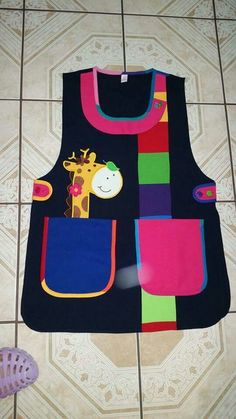 Delantal de maestra                                                                                                                                                                                 Más Toddler Apron, Kids Apron, Toddler School Uniforms, Childrens Aprons, Adult Bibs, Apron Designs, Sewing Aprons, Apron Pockets, Baby Sewing