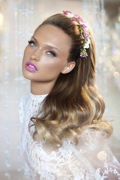 gewellte Haare und Haarband mit Blumen