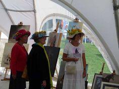 Impressionen vom Ladies Day des Ostsee Meeting   Besucherinnen auf dem Ladies Day des Ostsee Meetings interessieren sich für die Bilder von von Karina Sturm (c) Frank Koebsch