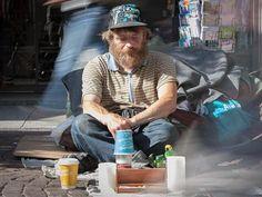 """Eisenbahn-Reiner. Der als """"Eisenbahn-Reiner"""" in der Obdachlosen-Szene bekannte Reiner Schaad sitzt auf seinem Stammplatz der Frankfurter City. Normalerweise gehört eine Spielzeugeisenbahn zur Grundausstattung des 45-jährigen. Die wurde jetzt vom Ordnungsamt beschlagnahmt, was in der Stadt und den sozialen Netzwerken für Aufruhr sorgte."""