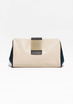 Sporty and classic are merged in this petite leather clutch, featuring a two-coloured design and a distinct square detail.