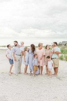 Large Family Pictures What To Wear, Extended Family Pictures, Summer Family Pictures, Large Family Photos, Beach Family Photos, Beach Photos, Family Pics, Family Beach Session, Family Beach Portraits